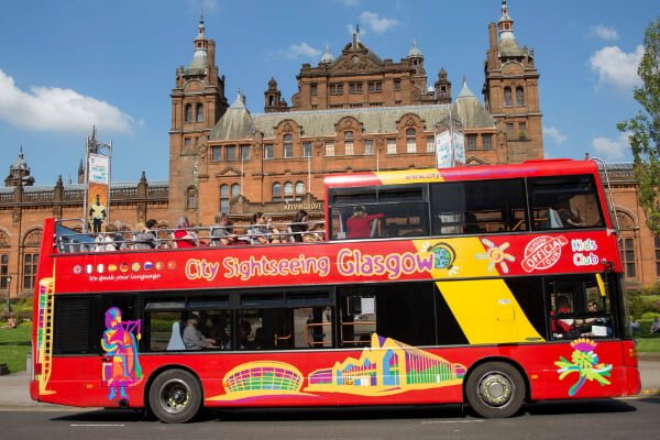 image of the City Sightseeing Glasgow bus outside Kelvingrove Art Museum