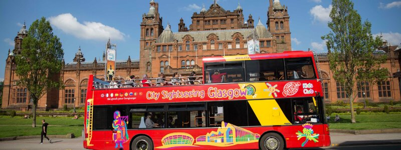 image of the City Sightseeing bus in front of a museum